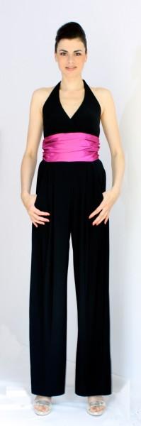 Neckholderoverall (schwarz) mit pinkfarbener Schärpe